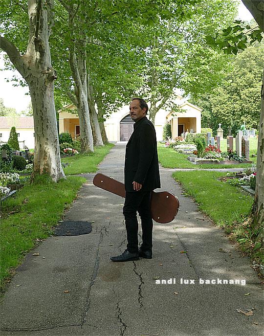 Gesang und Gitarre auf Friedhof mit Andi Lux.