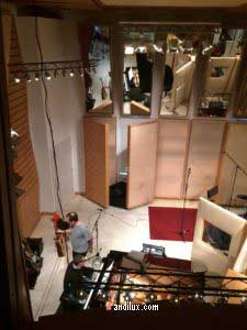 Andi Lux räumt Gitarre im Studio auf